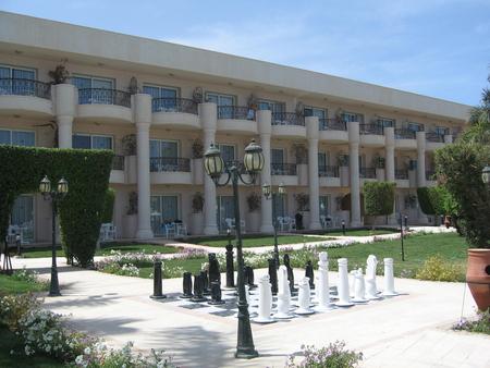на сад и отель Азур Клаб.